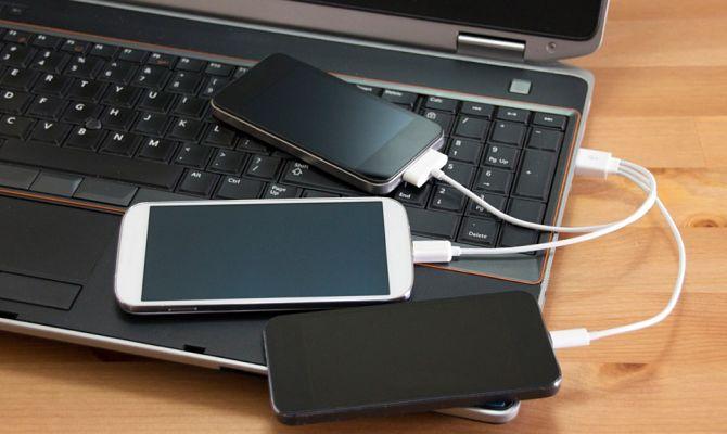 Телефон заряжается через USB