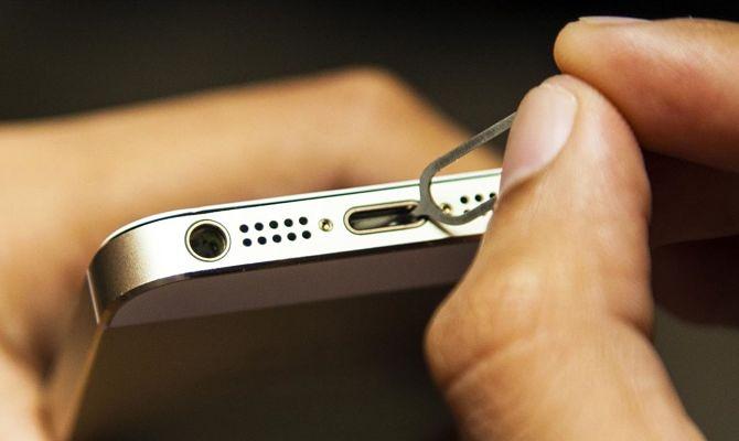 Чистит гнездо смартфона