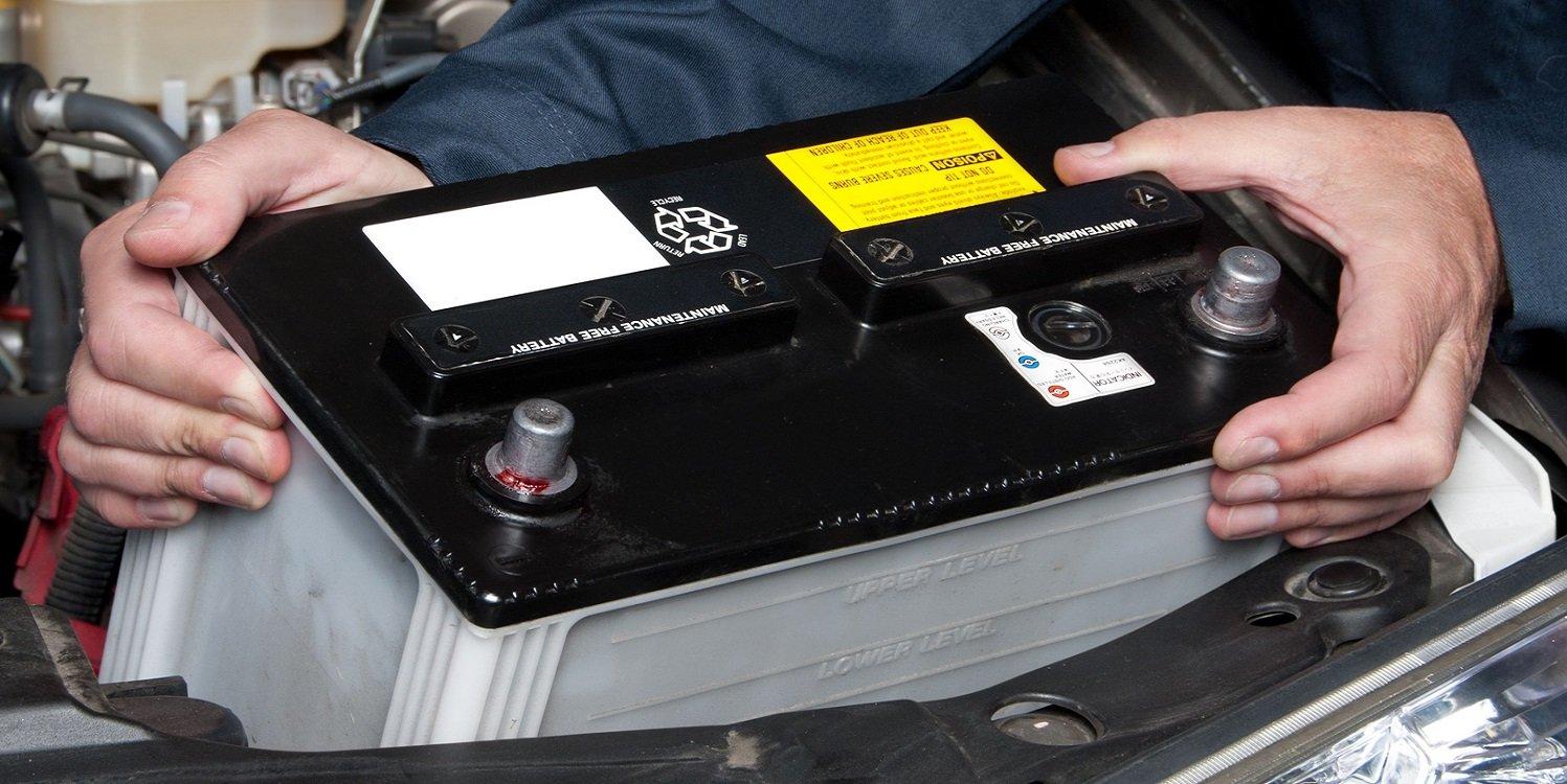 Вынимает аккумулятор из машины