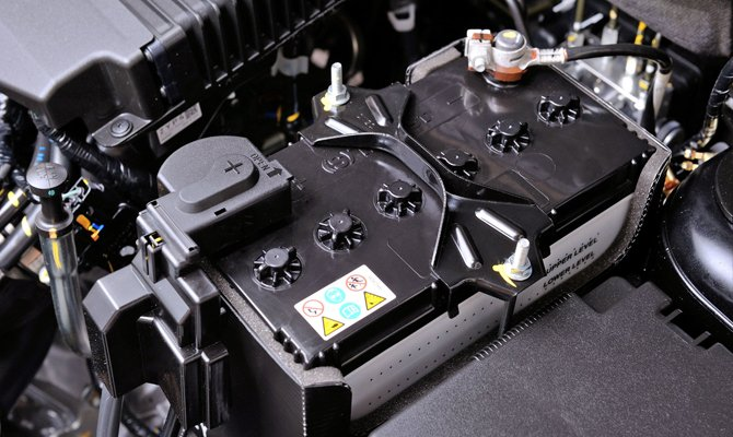 Батарея в моторном отсеке