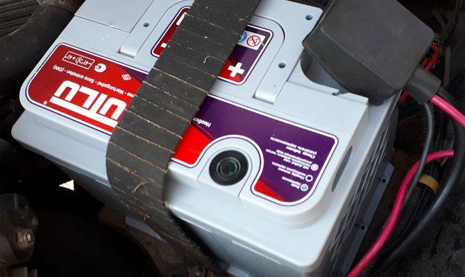 Расположение индикатора заряда на батареи