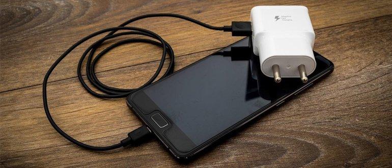 Смартфон и зарядка